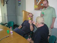Robert Pilch debatuje s Ď. Červenákem (stojící) a J. Mosteckým (zády)